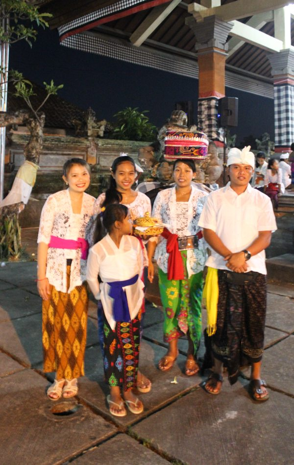 Full moon ceremony, bulan purnama balinese clothes